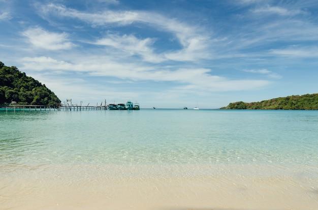 ボートやヨット、プーケット、タイのアンダマン海で熱帯のビーチ。