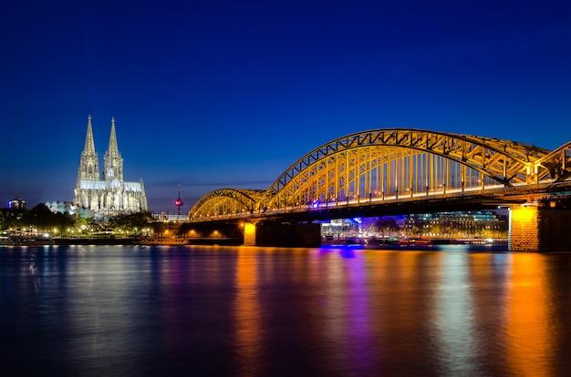 ドイツの夕暮れ時にケルン大聖堂とケルンのイメージ。