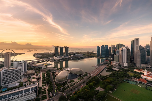 Вид с воздуха финансового района и города сингапура во время восхода солнца в сингапуре, азии.