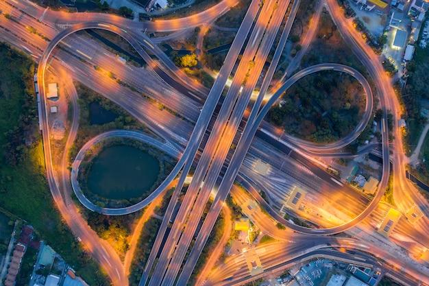 高速道路のジャンクションの航空写真夜、タイのバンコクの都市の平面図。