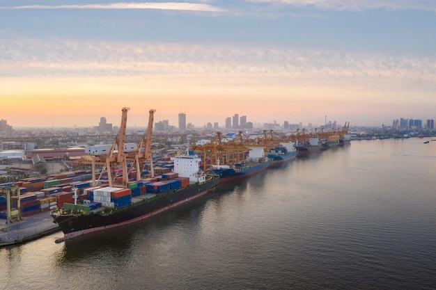 Воздушный вид сверху контейнерный грузовой корабль работает.