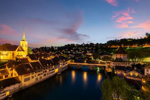 劇的な日没時のスイスの首都ベルン。