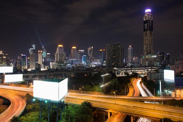 ダウンタウンの高速道路とパノラマのバンコク市建物モダンなビジネス地区