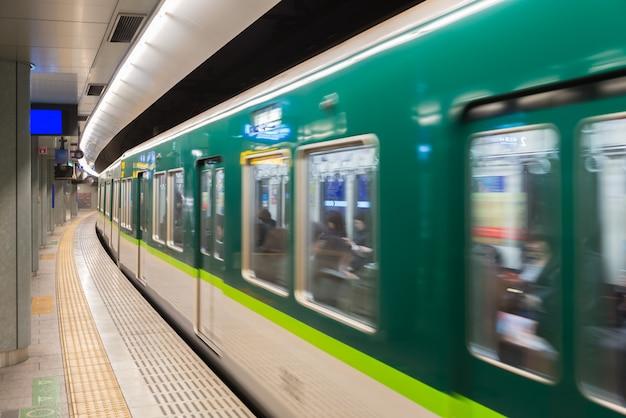 東京の地下鉄の駅のインテリアと東京の地下鉄通勤者のいるプラットフォーム。