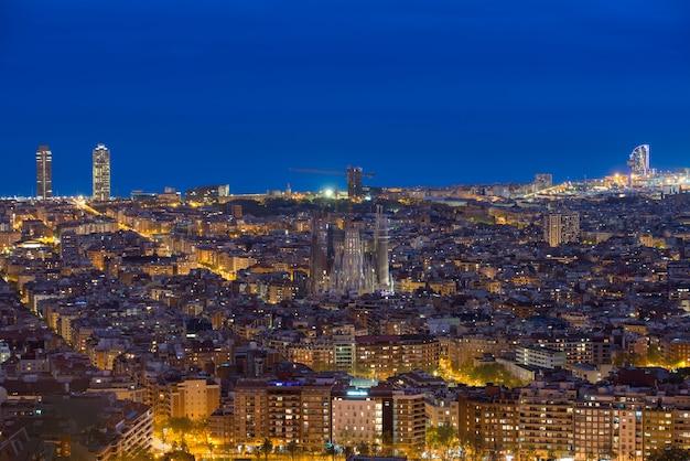 スペイン、カタルーニャ、バルセロナの夜の間にバルセロナの街のスカイラインの平面図です。
