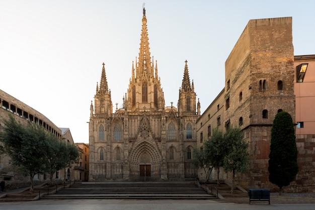 日の出、バルセロナ、カタルーニャ、スペインのゴシック地区のゴシック地区の聖十字架と聖エウラリアのバルセロナ大聖堂のパノラマ。