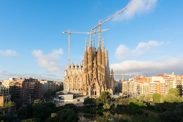 スペイン、バルセロナの大カトリック教会、サグラダ・ファミリアの空撮。