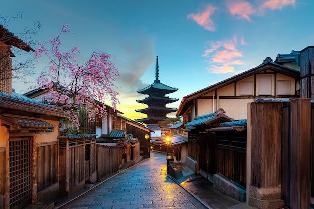 京都、朝の桜のある八坂寺塔と三年坂通り