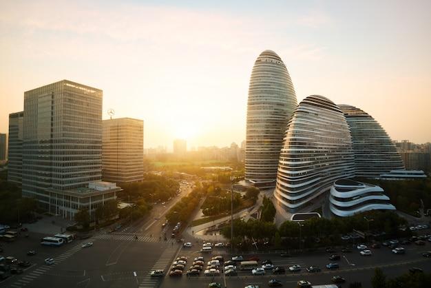 Пекинский городской пейзаж и знаменитое историческое здание в районе ванцзин сохо во время заката в бейе