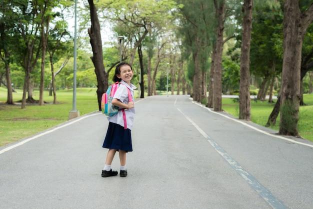 バックパックとアジアの女の子生徒学生の肖像画