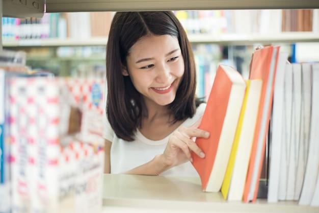 アジアの大学生が図書館で研究するための本を探しています。