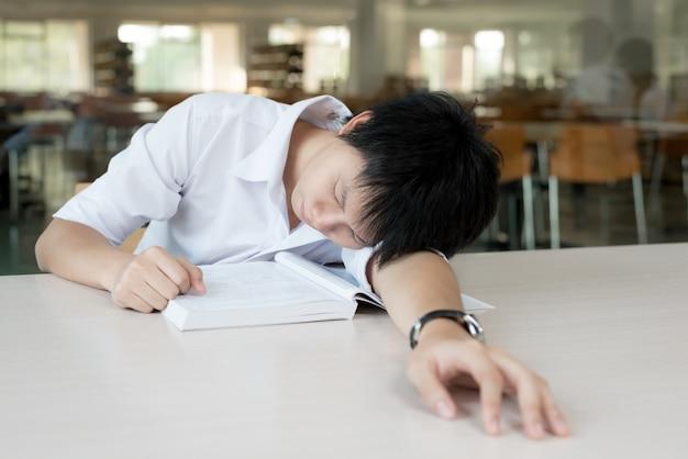 Студент, образование, сессия, экзамены и концепция школы.