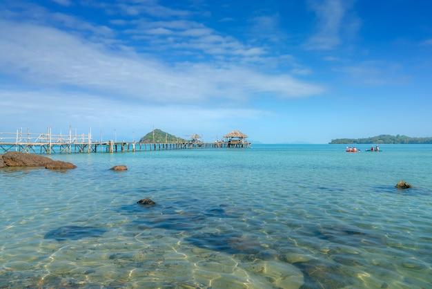 プーケット、タイでのボートと木製の桟橋