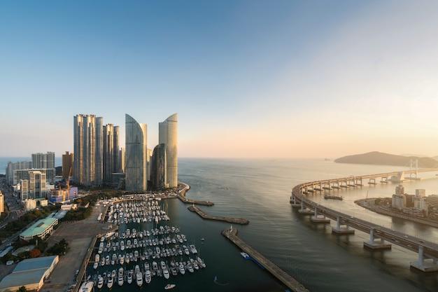 海雲台地区、釜山、韓国でヨット桟橋と広安里ビーチで街のスカイラインビュー
