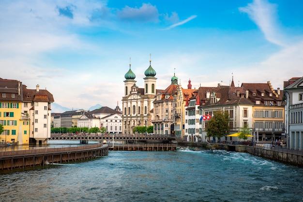 有名な建物とルツェルン湖、スイスのルツェルンのルツェルンの美しい歴史的な市内中心部
