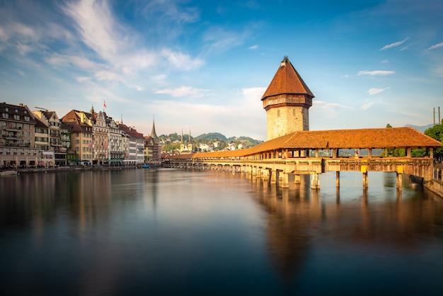 スイス、ルツェルン州の有名なカペル橋とルツェルン湖とルツェルンの歴史的な市内中心部の夕日。
