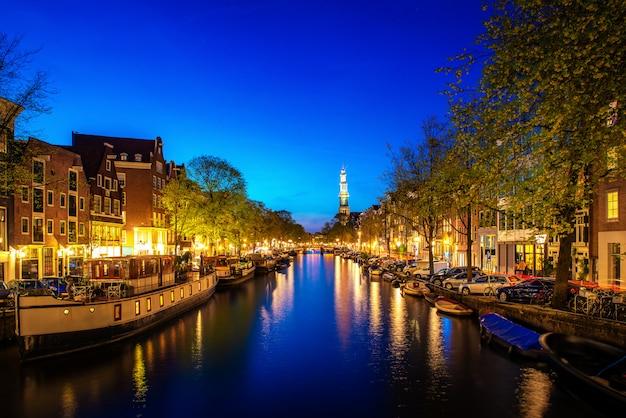 オランダの夜のアムステルダムの運河。アムステルダムはオランダの首都で最も人口の多い都市です。