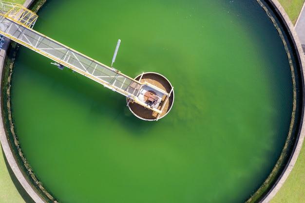 水処理プラントでの固体接触浄化槽タイプのスラッジ再循環の航空写真