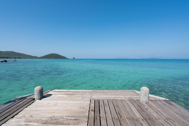 Деревянная пристань с морем и небом лета голубыми в пхукете, таиланде. лето, отпуск, путешествия и отдых концепции.