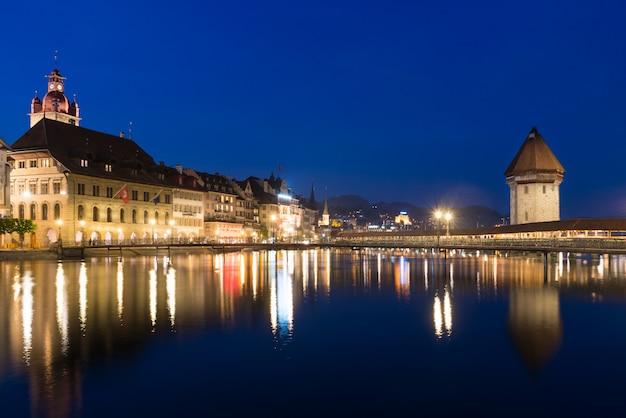Люцерна. изображение люцерна, швейцария, в сумерках синего часа.