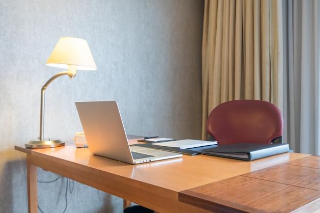 家庭の机の上にコンピュータディスプレイとオフィスツール。デスクトップコンピュータの画面を分離。