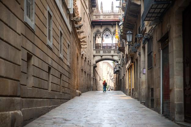 バルセロナ、カタルーニャ、スペインのバルセロナバリゴシック地区とため息の橋の観光。