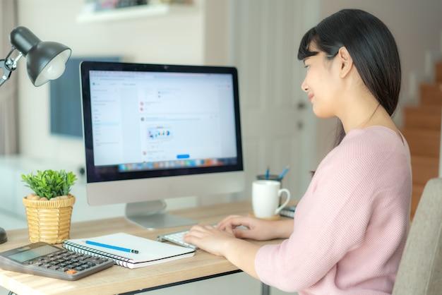 Азиатская бизнес-леди беседуя с ее коллегами о плане работы в чате. многонациональное бизнес-команда, используя компьютер для онлайн-встречи.