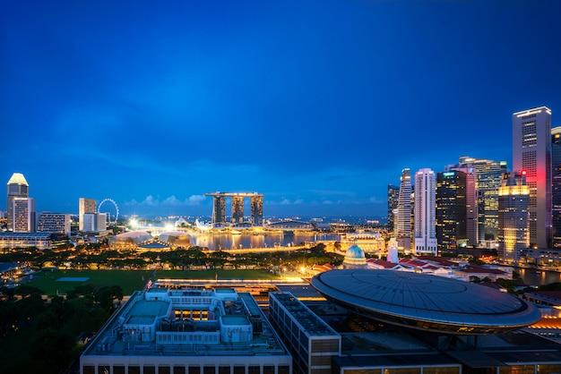 Панорама горизонта финансового района сингапура и небоскреб офиса на ноче в заливе марины, сингапуре.