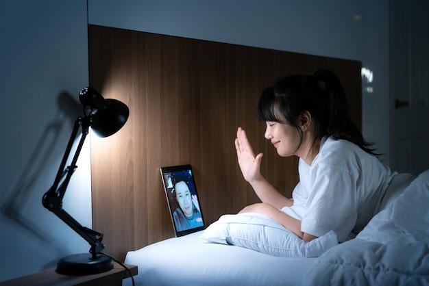 彼女のボーイフレンドと一緒にオンラインでアジアの女性の仮想ハッピーアワー会議