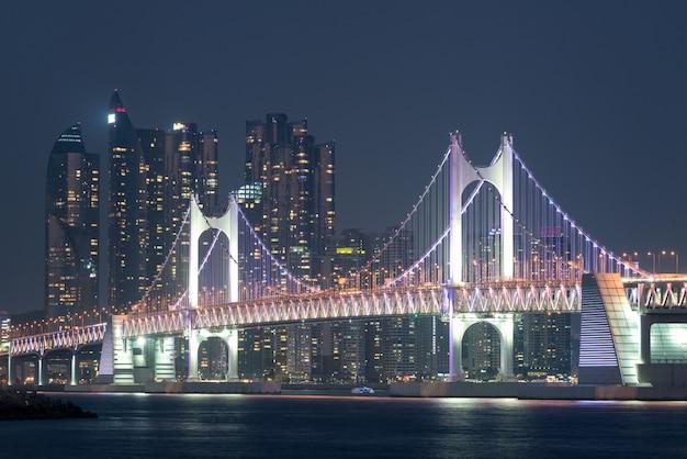 韓国の釜山にバックグラウンドを持つ釜山市の光広橋。
