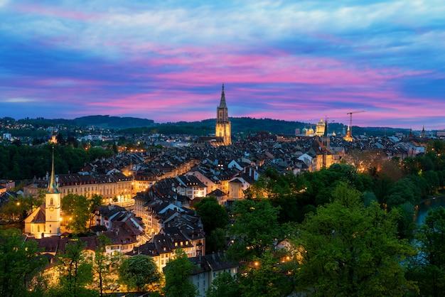 Берн. изображение берна, столицы швейцарии, во время драматического захода солнца.