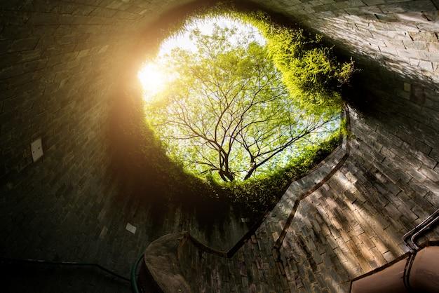 Винтовая лестница подземного перехода в туннеле в парке форт каннинг, сингапур