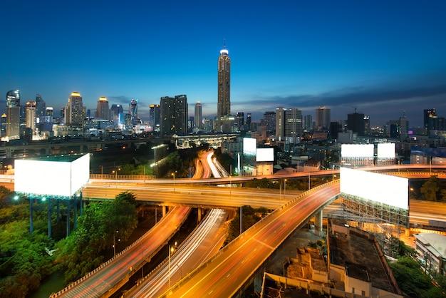 タイのバンコクで夕暮れ時にダウンタウンの高速道路とバンコクのパノラマシティビルディング。