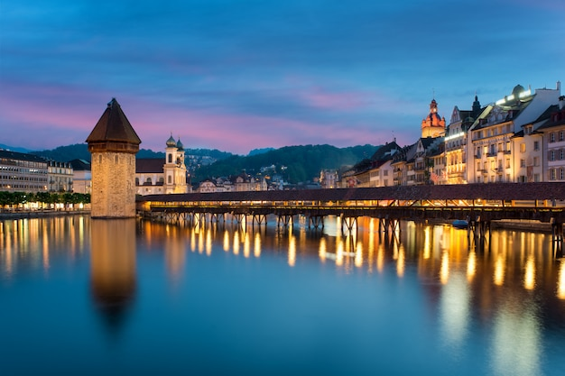 Люцерна. изображение люцерна, швейцария во время сумерек синий час.