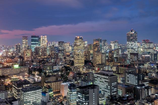 東京都心のスカイラインと東京の六本木地区の高層ビル。