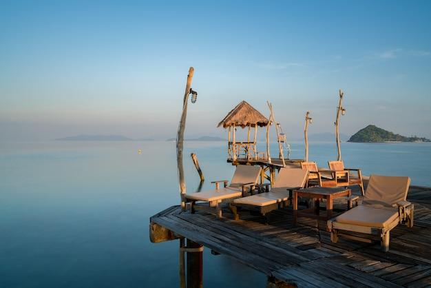 タイのプーケットにあるリゾートのラウンジチェア付きの夏の熱帯パラダイスビーチ。
