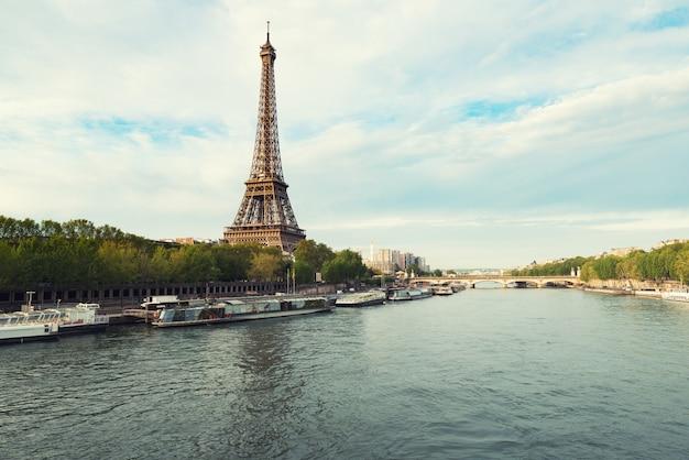 春のセーヌ川からパリのエッフェル塔。フランス・パリ。