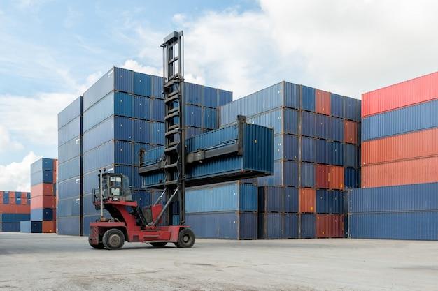 貨物輸入、輸出、兵站学のための容器の貯蔵所の使用へのフォークリフトの持ち上がる容器箱のローディング
