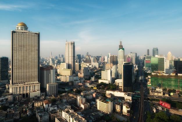 夕焼け空、バンコク、タイとダウンタウンのバンコク近代的なオフィスビルの空撮。