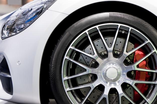 Серия деталей. чистый диск с тормозом. красные диски из спортивного автомобиля.
