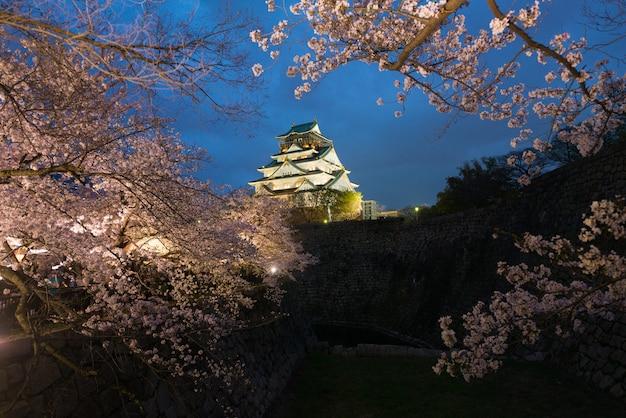大阪城は春、日本の大阪で夜の花の季節の花の間に。