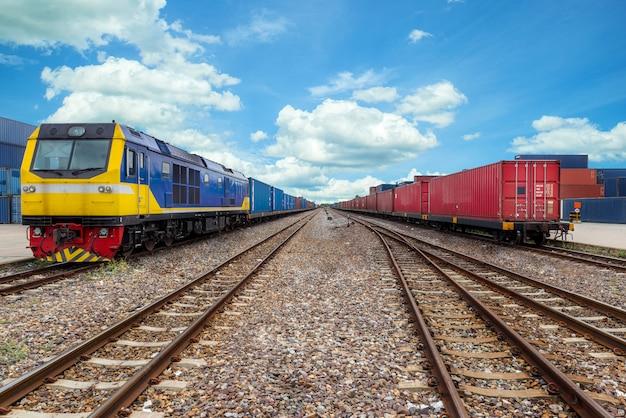 輸出物流のための港での倉庫で貨物列車のコンテナーが付いている貨物列車のプラットホーム