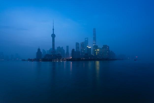 Город шанхая на утре в туманном дне в шанхае, китай.
