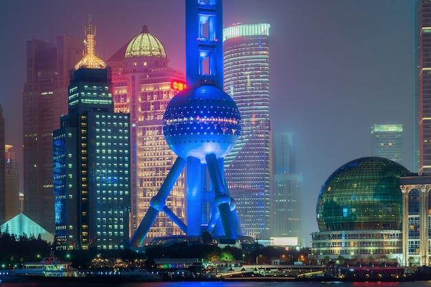 Шанхай восточная жемчужина башня ночью в шанхае, китай.