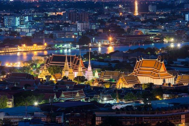 夕暮れのワットポー寺院、バンコク、タイ