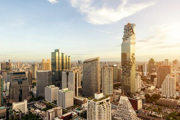 高層ビルとタイ、バンコクの夕暮れ時の街のスカイラインとバンコク市