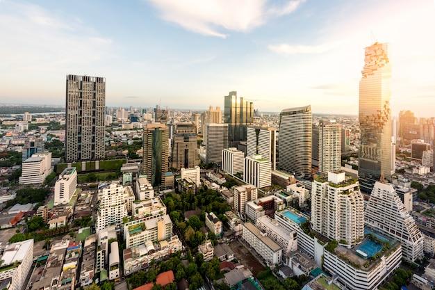 Взгляд ночи бангкока с небоскребом в финансовом районе в бангкоке таиланде.