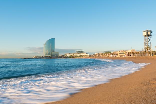 Пляж барселонета в барселоне, испания