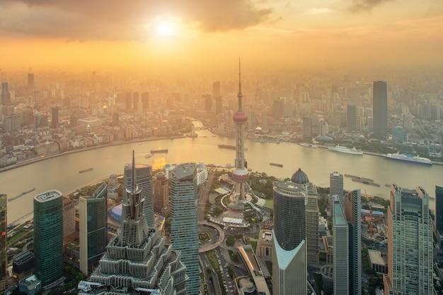 中国上海の陸家嘴浦中心ビジネスセンターで上海のスカイラインの空撮。