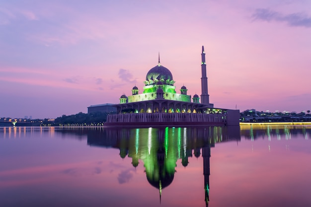 マレーシア、クアラルンプールの日の出の間にプトラジャヤのモスク。